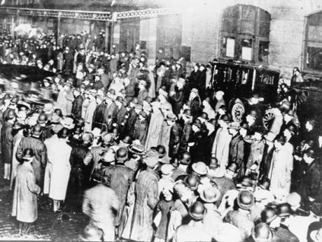A crowd in New York await survivors from the Titanic to arrive onboard the Carpathia
