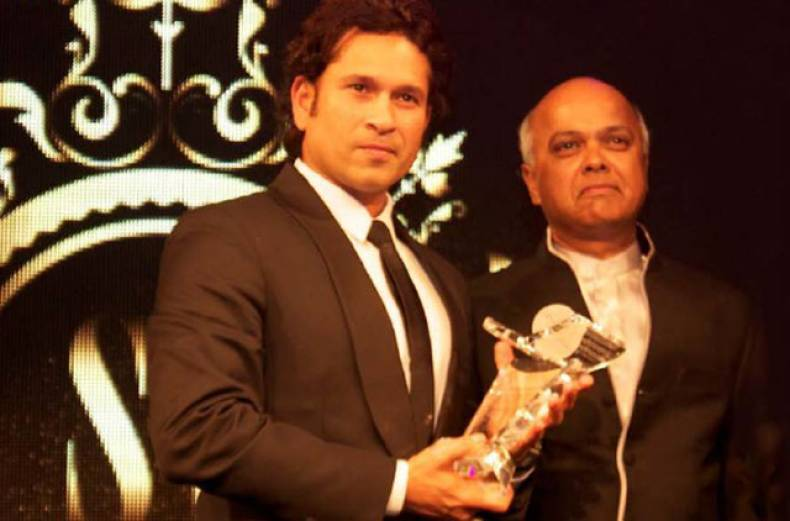 sachin-tendulkar-receives-the-oustanding-achiever-s-award-of-wisden-india