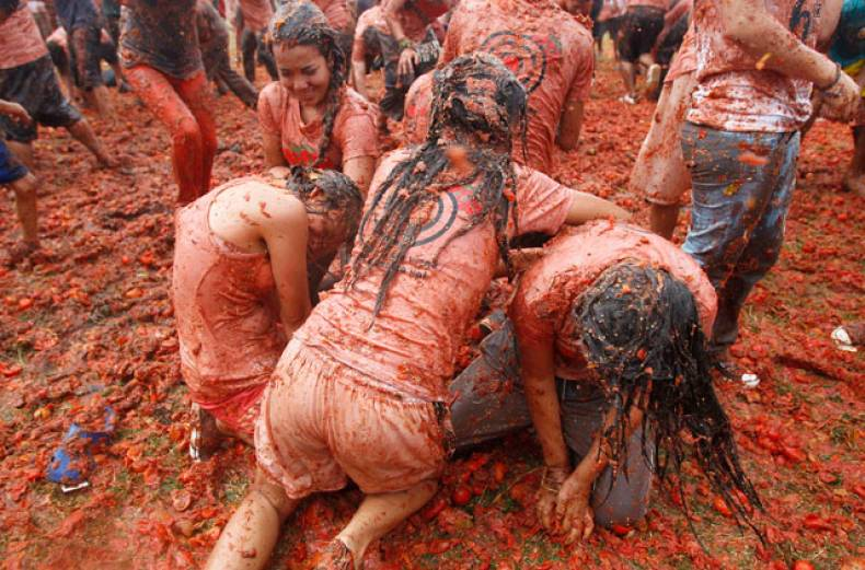 people-participate-in-the-sixth-annual-tomato-fight-festival