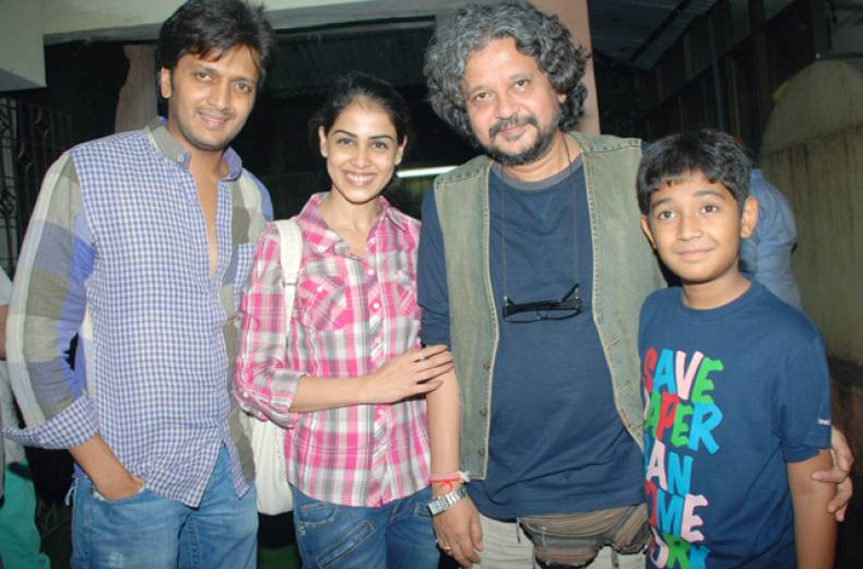 ritesh-deshmukh-and-genelia-d-souza-with-amole-gupte