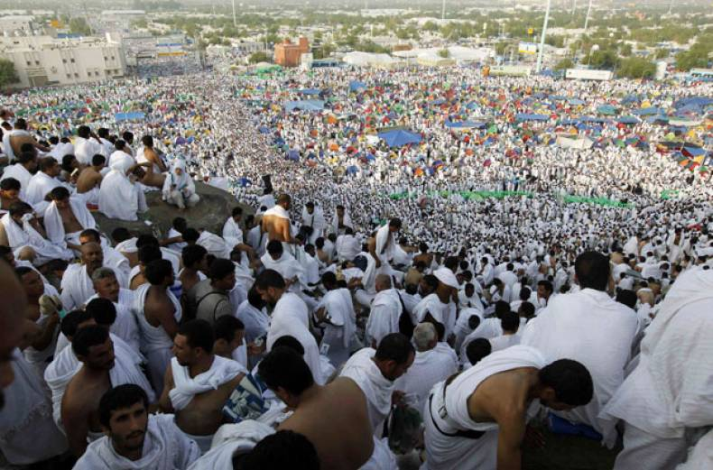 pilgrims-head-towards-mount-mercy-on-the-plains-of-mount-arafat