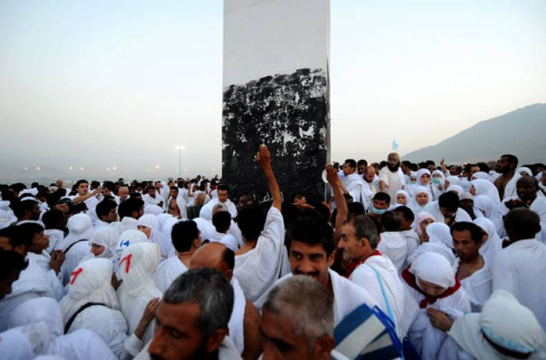 pilgrims-pray-on-mount-arafat-near-the-holy-city-of-makkah