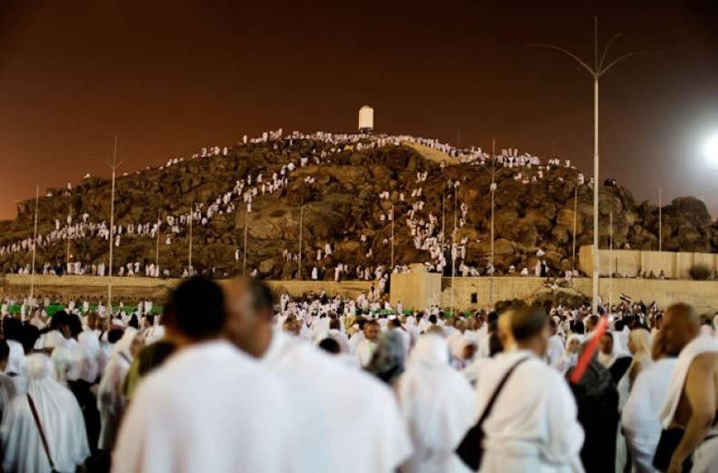 pilgrims-walk-toward-mount-arafat-ahead-of-the-main-rituals-of-haj