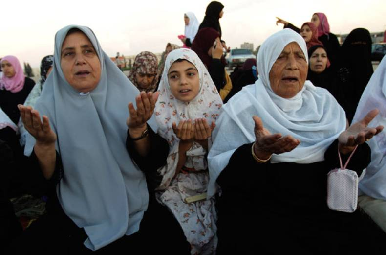 palestinian-women-pray-during-eid-al-adha-in-central-gaza-strip