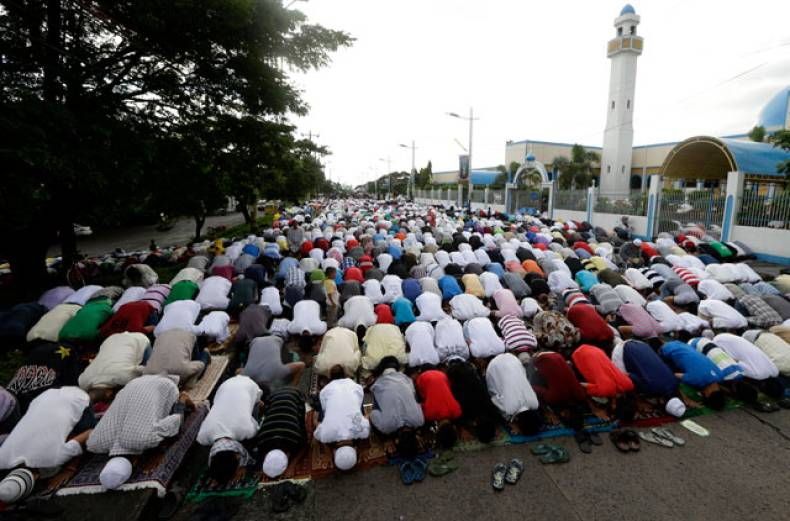 filipino-muslims-attend-a-prayer-on-the-occasion-of-eid-al-adha-at-the-blue-mosque-in-taguig-city