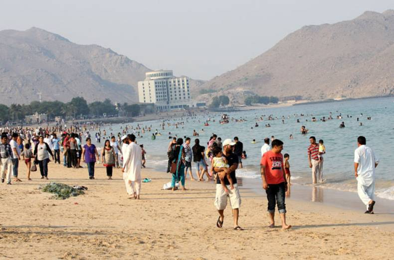 families-and-friends-enjoy-the-fine-weather-at-the-khor-fakkan-beach-in-fujairah