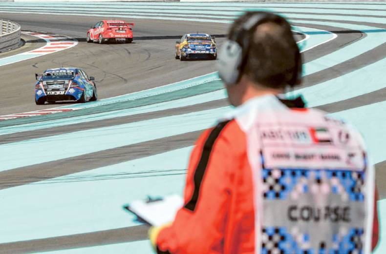 drivers-negotiating-the-bend-in-race-2-of-the-v8-supercars-at-the-yas-marina-circuit