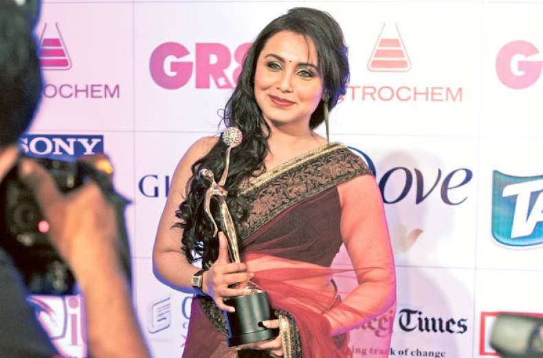 bollywood-actress-rani-mukerji-poses-with-her-award
