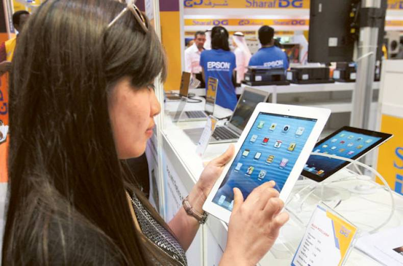 a-consumer-checks-out-the-ipad4-at-the-gitex-shopper