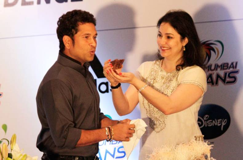 anjali-tendulkar-wife-of-sachin-tendulkar-offers-him-a-piece-of-cake