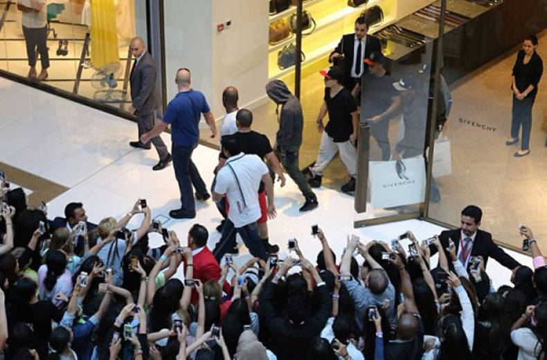 justin-bieber-at-the-dubai-mall