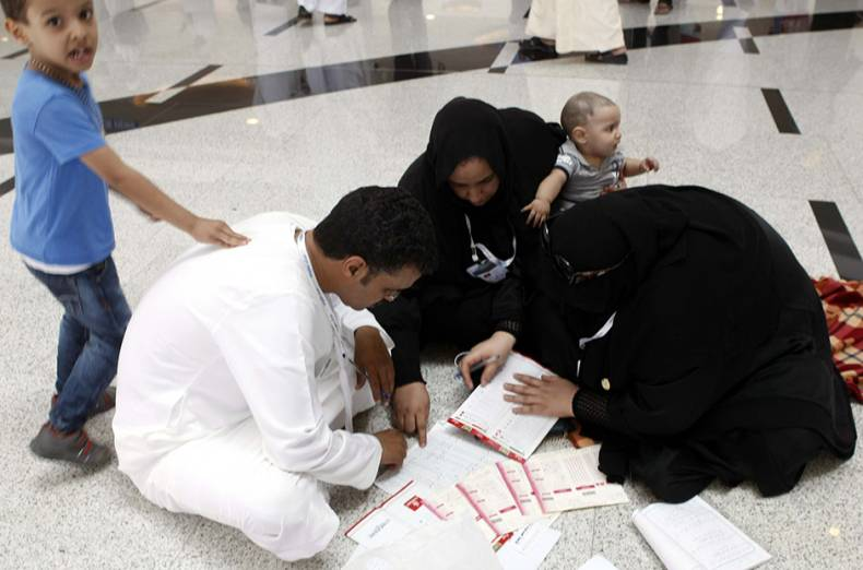 people-filing-up-forms-during-the-dubai-world-cup-2015-at-meydan
