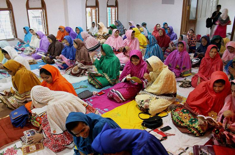 women-of-dawoodi-bohra-community-offer-prayers-at-a-mosque-on-the-occasion-of-eid-al-fitr-in-bhopal