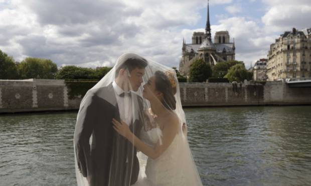 Chinese load up on Paris wedding snaps