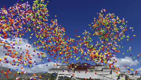 Mass spectacle staged to mark Tibet anniversary