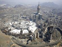 Saudi king orders Qatar border open for pilgrims