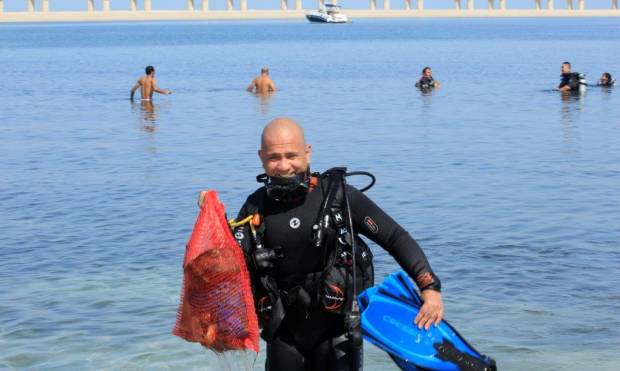 Divers take the tide on trash