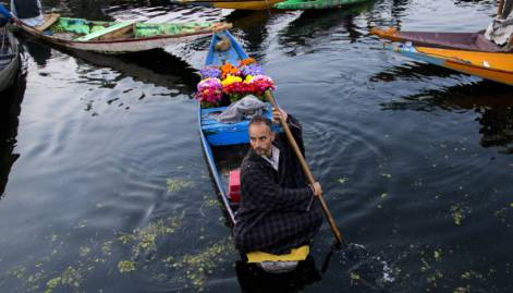 Kashmir's floating market reopens
