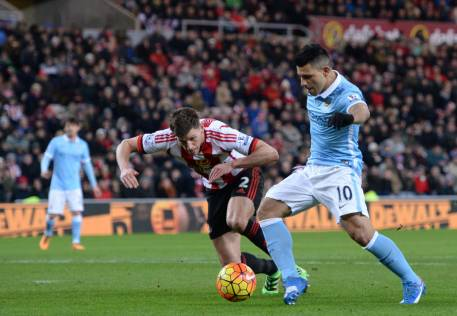 Aguero strike keeps City in touch at top