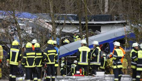 Four dead, 150 hurt in train crash in Germany
