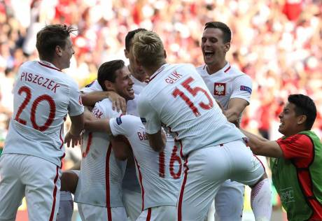 Poland beat Switzerland after penalty shoot-out