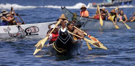 Tribal canoes arrive at Seattle beach