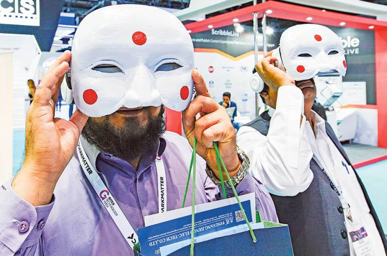 exhibitors-try-virtual-reality-with-korean-traditional-masks-at-gitex-technology-week