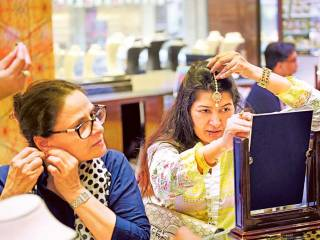 Rush for gold ahead of Dhanteras, Diwali