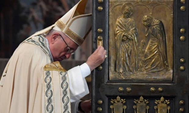 Pope closes jubilee of saints, refugees