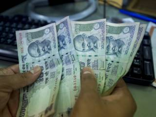 UAE's Indian expats struggle to buy rupees