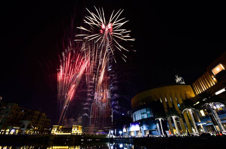 fireworks-display-at-dubai-s-burj-khalifa-the-world-s-tallest-building-to-welcome-year-2017