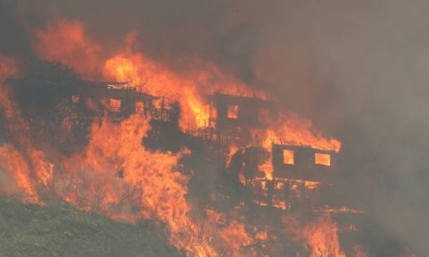 Wildfire destroys homes in Valparaiso, Chile