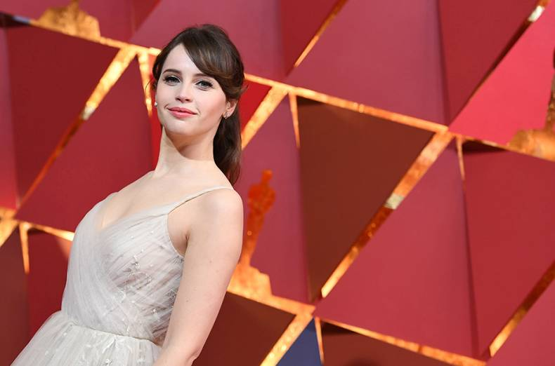 us-actress-felicity-jones-poses-as-she-arrives-on-the-red-carpet-for-the-89th-oscars
