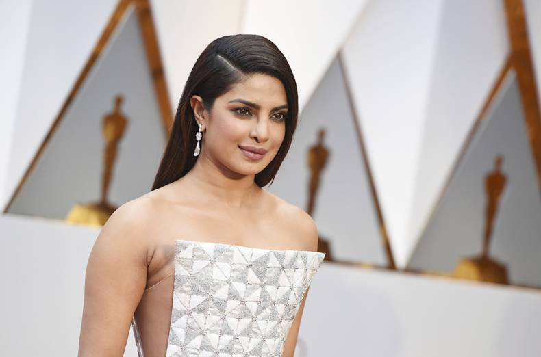 priyanka-chopra-arrives-at-the-oscars-red-carpet