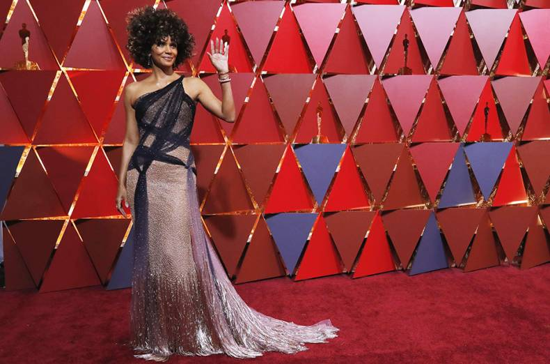 actress-halle-barry-poses-on-the-oscars-red-carpet