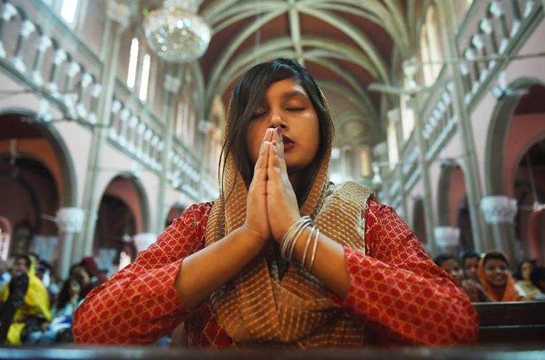 christians-attend-the-easter-sunday-service-at-the-sacred-heart-cathedral-church-in-lahore-pakistan