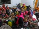 300,000 flee as cyclone batters Bangladesh