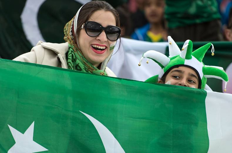 pakistan-fans-cheer-and-wave-national-flags