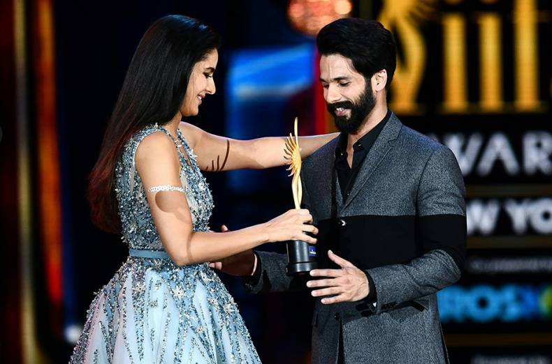 shahid-kapoor-accepts-his-award-for-best-actor-from-katrina-kaif