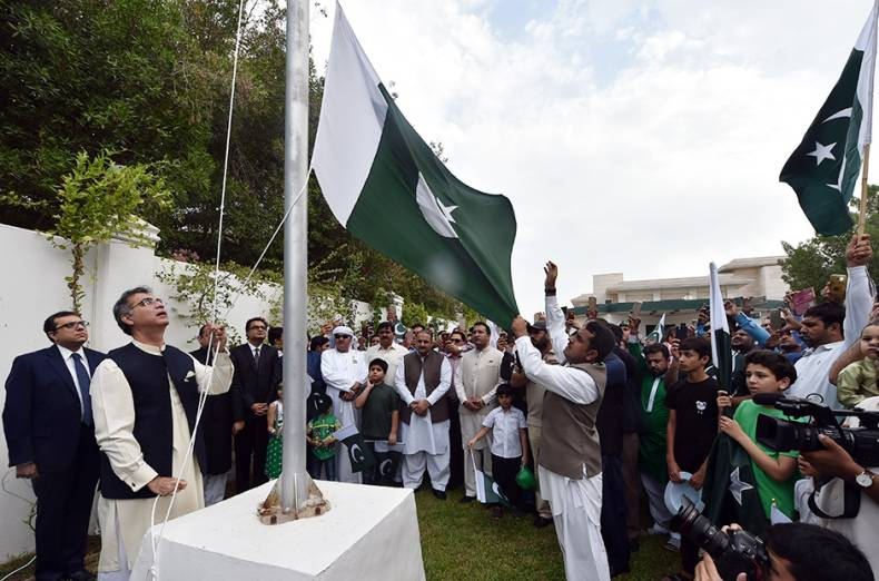 moazzam-ahmad-kha-pakistan-s-ambassador-to-uae-is-hoisting-the-flag-during-the-pakistan-independen