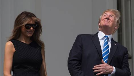 Trump looks at solar eclipse with bare eyes