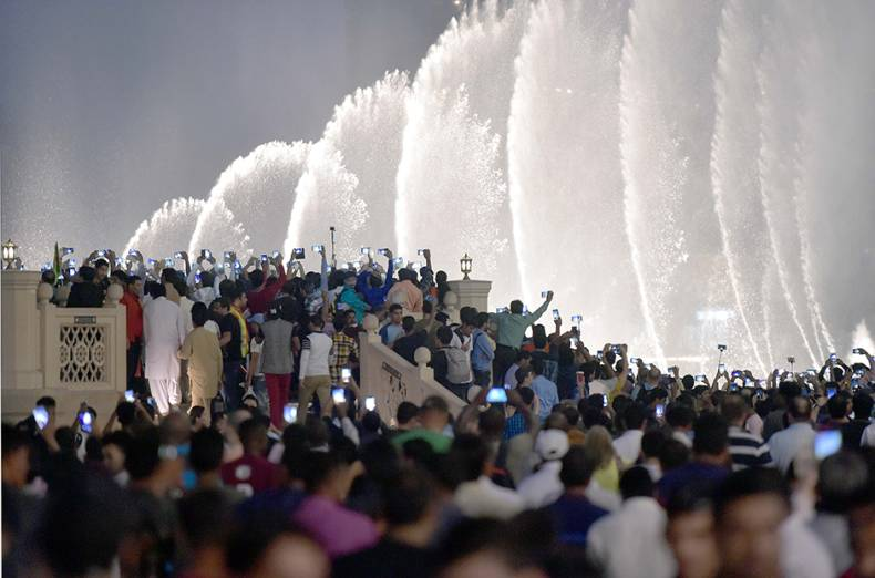 crowd-gathering-at-dubai-mall-to-see-the-musical-fountain-on-the-occasion-of-eid-al-adha