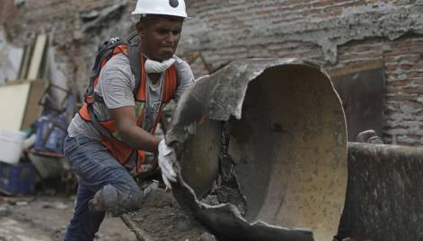 Amputee clears debris in quake-torn Mexico town