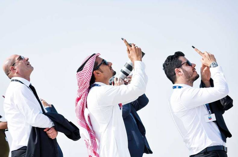 visitors-watch-the-flying-display-at-dubai-world-central