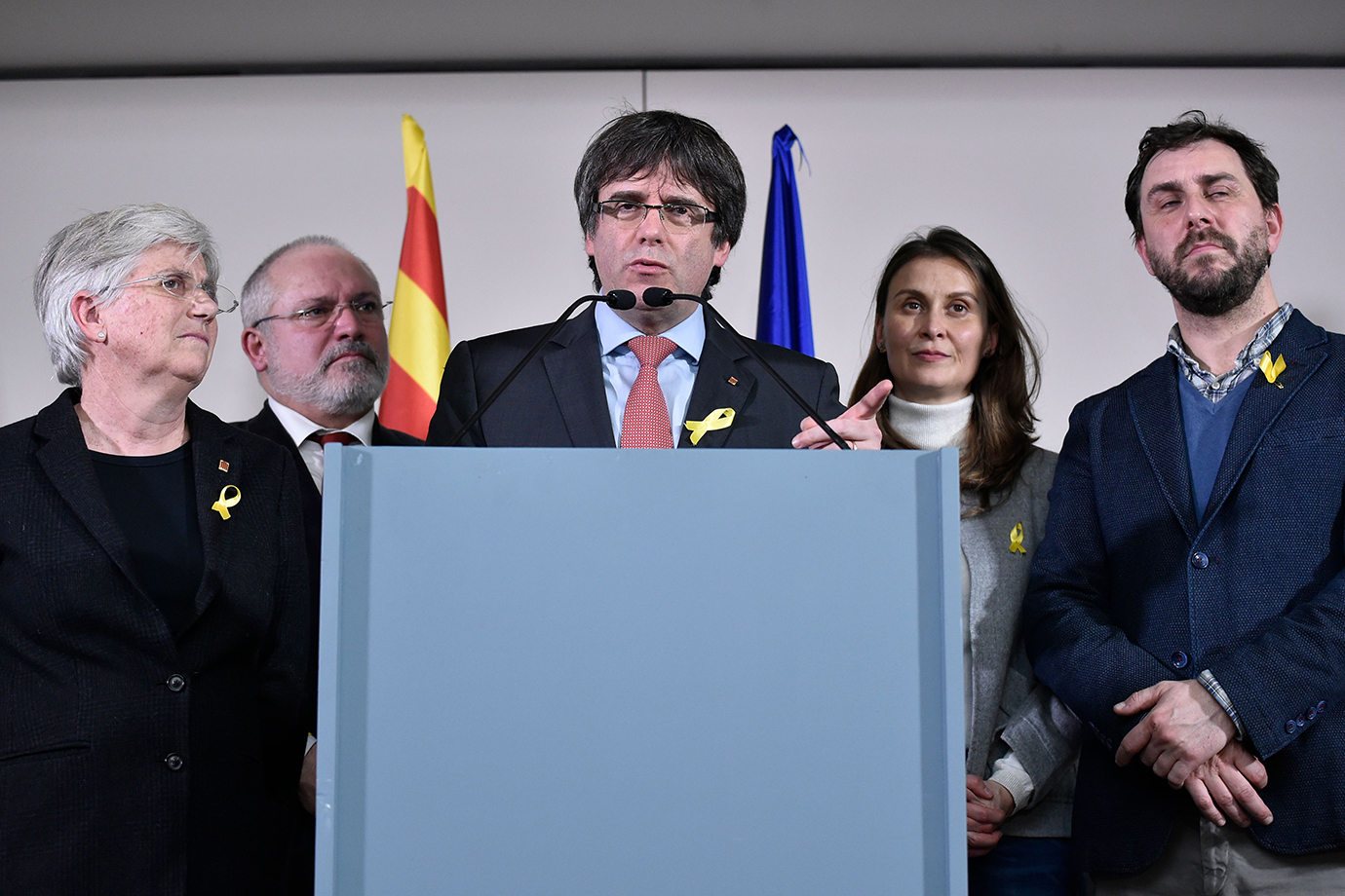 Catalonia's deposed regional president Carles Puigdemont (C) gives a joint press in Brussels after t