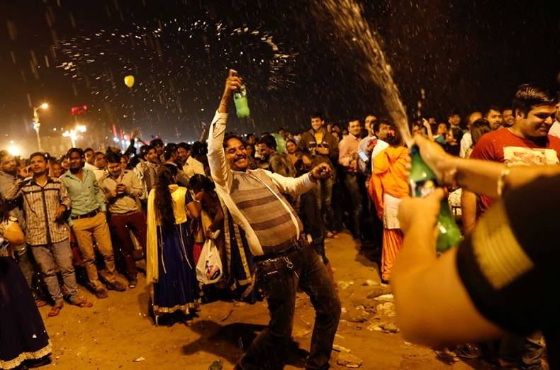 people-dance-during-the-new-year-s-celebrations-on-a-beach-in-mumbai-india