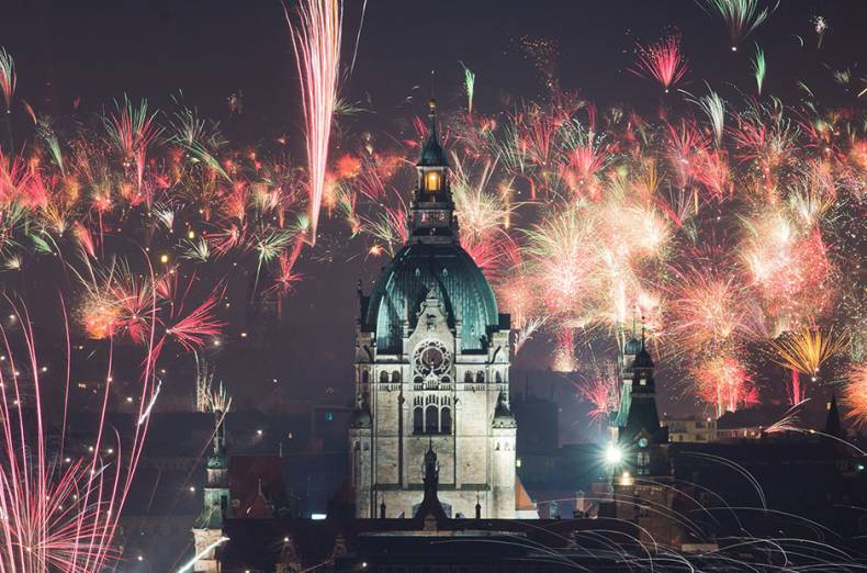 fireworks-explode-over-the-new-city-hall-of-hanover-northern-germany-to-usher-in-the-new-year
