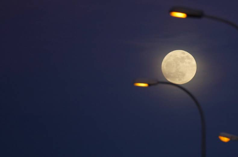copy-of-2018-01-01t210446z-1200660842-rc1ea99cc640-rtrmadp-3-supermoon-sighting-spain