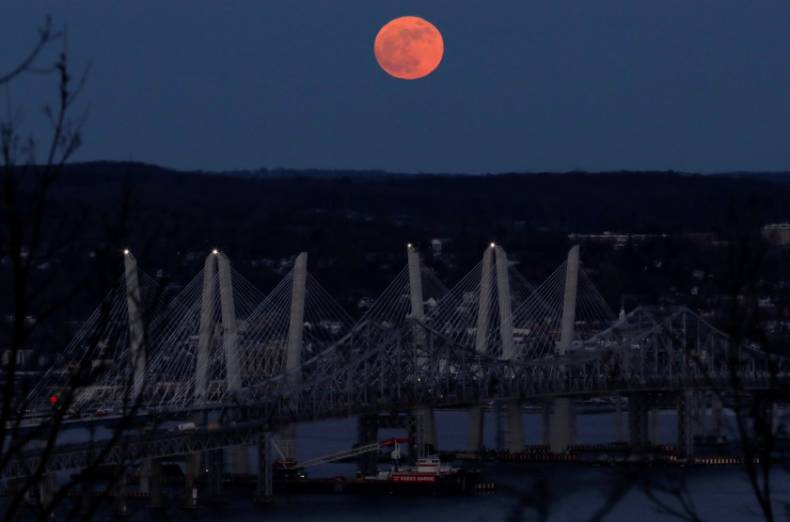 copy-of-2018-01-01t221005z-32357788-rc1a2cafc100-rtrmadp-3-supermoon-sighting-usa