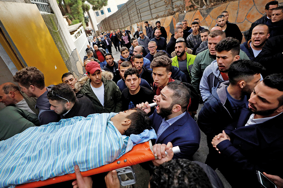 People carry the body of Palestinian Mosab al-Tamimi